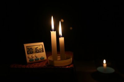 Watching the clock in a power cut (Image: gentleflamechen/Pixabay)